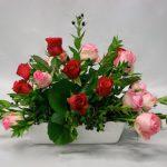 Feuillage de myrte et roses de couleurs différentes.