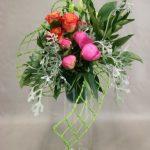 Roses et pivoines sont encadrés de feuillages de jardin  indisciplinés.
