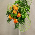 Roses oranges et petits chrysanthèmes santinis pour une sage partition.