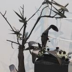 Hitchcok a inspiré ces oiseaux réalisés en feuilles de Cordyline noire se cognant sur la fenêtre.