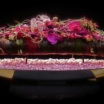 Sur un contenant allongé, déclinaison de couleurs mauves et roses.