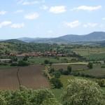 Chilhac, construit sur des orgues basaltiques domine le fleuve Allier.Derrière se profilent les silhouettes des montagnes d'Auvergne.