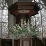 Pour l'église, composition jaillissant de la chaire aux couleurs des vitraux de l'église.