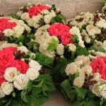 Corbeilles de roses aux trois couleurs choisies pour le mariage : blanc, vert et une touche de rose.