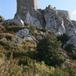 Du haut du château de Quéribus, on peut voir à la fois  la Méditerranée et les Pyrénées.