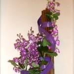 Pour l'église de Ville d'Avray composition de l'avent : la couleur des petites orchidées Vanda aranda évoluera du violet au rose pâle durant les 4 semaines.