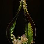 Les contours de cette goutte géante, réalisée par madame Miletitch, sont en plexiglass. Fougère asplenium, orchidées et lys  blancs dont le parfum représente la quintessence de la composition.