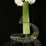 Détail d'une composition réalisée par Madame Grasset. Les amaryllis blancs sont enroulés dans un grande volute transparente.
