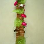 Des morceaux d'écorces de bouleau ramassés en forêt accompagnent les petites renoncules roses.