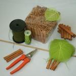 Pour faire cette guirlande il faut : des bâtons de cannelle, de la cannnetille ou du fil de fer, des tubes à orchidée, une baguette de bois, une dizaine de feuilles squelettes, et du fil bouillon.