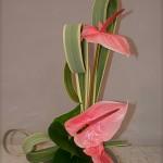 Les feuilles de phormium sont ici travaillées en boucles sur un vase de forme arrondie.