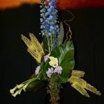 Pour un hommage à Dyonisos ou Bacchus,un étonnant bouquet triangulaire, construit avec Delphiniums bleus, Eremurus et arums plantés en masses bien distinctes.