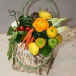 Légumes et fleurs dans un panier en écorce. Atelier d'art floral de Caen, mars 2010