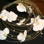 Un petit montage en forme de nid pour des fleurons de Phalaenopsis posés dans des petits tubes en verre.