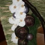 Tissage de typha échevelé et séché, pin et phalaenopsis blanc.