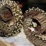 Bûches de Noël : bois, saule et feuilles d'aspidistra roulées.