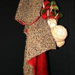 Ecailles de pommes de pin sur toile de jute, boules en copeaux de bois et anthuriums.