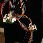 Structure aux couleurs du spectre et fleurons d'orchidée Phalaenopsis blancs. Mayvonne Douillard.