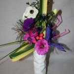 Bouquet fantaisie sur le thème du carnaval : fleurs et accessoires .