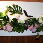 Grand décor mural: philodendron monstera, pivoines roses ,roses blanches et Trachélium.