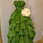 Robe en feuilles de curculigo et aspidistra réalisée par Elisabeth Magri et Geneviève Cuypers, bouquet rond de roses.