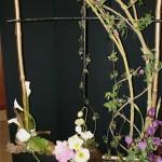 Bambous et lianes de clématites, décor de style art nouveau arums,pavots et iris accompagnés de feuiles de bergenia et laurier, Nicole Siméon.