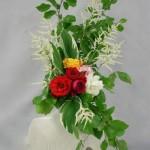 Le hêtre et les roses de jardin, sur une bouteille en céramique, donnent de la spontanéité au bouquet.