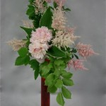 Astilbes et pivoines composent avec les branches de hêtre, un bouquet romantique aux tons pastels.