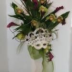 Le thème du carnaval est traité ici avec des orchidées Cymbidium et des arums pourpres.