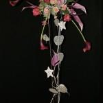 Décor haut de roses, callas et anthuriums à la place du sapin.