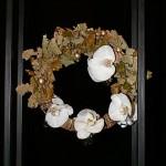 Traditionnelle couronne en feuilles de chêne et fleurons d'orchidées Phalaenopsis.