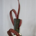 L' osier travaillé forme avec le vase une sculpture végétale garnie de fleurons d'Amaryllis.