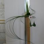 Composition de Rumiko Manako sur un simple bambou : une représentation florale minimaliste de la perspective.