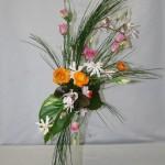 Un jaillissement de petites fleurs accompagnent les branches de genêt pour former un bouquet printanier et spontané.