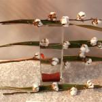 Des branches de coton sont collées sur un vase en verre utilisé comme aquarium à poisson.