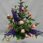 Les superbes delphiniums violets sont bien mis en valeur dans cet élégant arrangement.