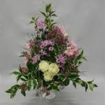 Petites fleurs roses à tiges multiples pour un bouquet à l'aspect champêtre.
