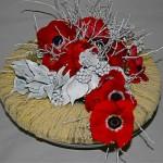 Le bouquet rond d'anémones et lierre blanchi prend place au centre de la couronne.