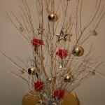 Dans une large coupe basse, le fagot de branches est ici  posé sur pique-fleur.
