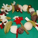 Eléments séchés et décors de Noël ont été percés et enfilés pour former une couronne.