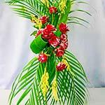 Palmes, roses, astilbe blanche et feuilles de cordyline.
