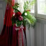 Palmes et feuilles d'hosta mettent en scène pivoines, delphinium et alstroemeria.