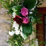Composition suspendue à la porte pour l'accueil des invités.