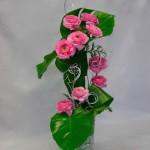 Le bouquet inférieur est installé dans un vase en verre garni de billes .