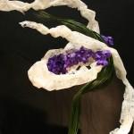 Tourbillon végétal en vert et blanc agrémente d'orchidées Vanda.