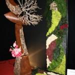 Arbre et panneau de patchwork végétal, écorces, mousses et lichens.