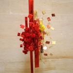 En rouge et jaune, composition géométrique  avec fleurs de bégonias.