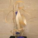 Entrelacs en cascade de flexigrass et lamelles de bois avec hortensias violets.
