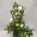 Le bouquet est composé sur un vase en verre garni de bruyère fine.