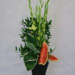 Pour un bouquet de buffet, glaïeuls, feuilles d'hosta et pastèque.